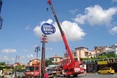 Монтаж на пилон със светещи обемни букви - Dinevi Resort св. Влас