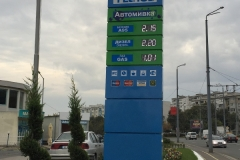 Тотем за бензиностанция с лице от прорязан еталбонд